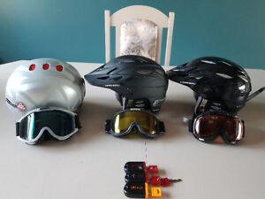 Casques lunettes et cadenas de ski