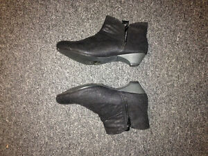 Ankle boots womens size 8 London Ontario image 2