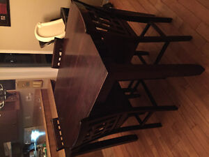 Table haute style bistro avec huit chaises