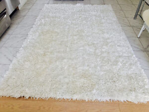 Modern rug in excellent conditions