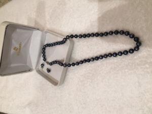 Collier et boucles en perles noires véritable
