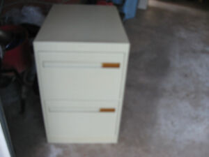 2 Drawer filing cabinet in good cond size 28;Hx26.5;Lx18;W