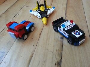 Trois modèles LEGO, avion, auto de police, auto de course