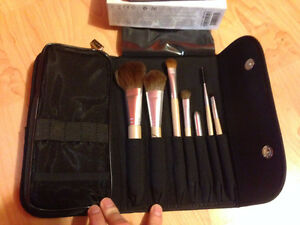 NEW Artistry Makeup Brush Set and Case
