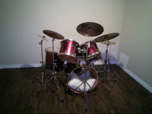 Awesome drumkit: fully loaded with cymbals, stool, accessories