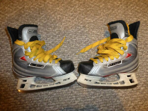 Selling kids size 3 Bauer Vapor XVI skates (for shoe size 4)