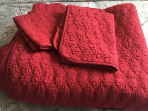 Red queen quilt with the pillow cases