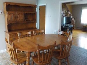 Table de cuisine en merisier, 6 chaises et son buffet