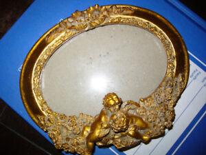 petit cadre doré avec chérubins et boucle style royal