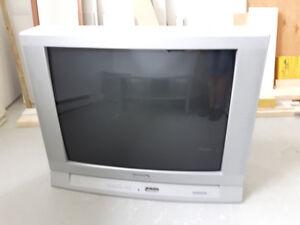 Télévision gris propre et en bonne état vient avec meuble gris