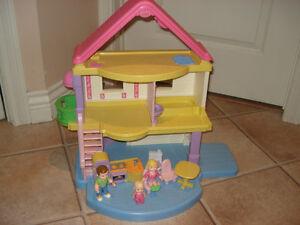 Maison poupée Fisher Price avec personnages