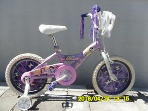 Bicyclette pour fillette avec illustrations des princesses