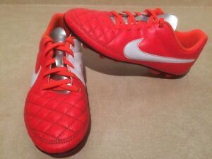 Youth Nike Outdoor Soccer Cleats Size 4 London Ontario image 2