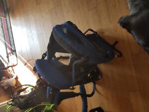Porte bébé dorsale et sac à dos