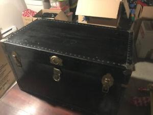 Vendu - Coffre antique noire en bon état