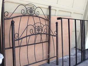 Lit simple en métal brun-bronze