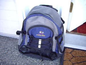 BACK PACK WITH ZIPPERED COMPARTMENTS