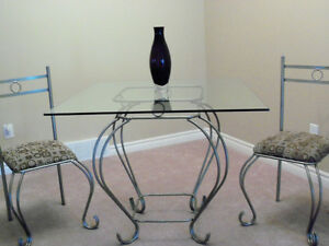 ****BEAUTIFUL DINING TABLE SET WITH ELEGANT GLASS ACCENT****
