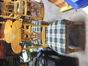 Jolie table en bois massif avec rallonge et six chaises rembouré