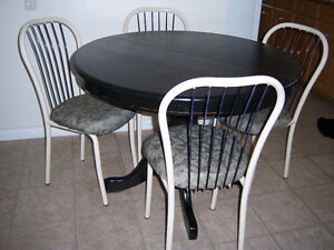 black Pedestal Round Table with 4 chairs