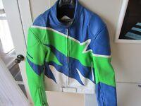 manteau sport cuir blanc bleu vert