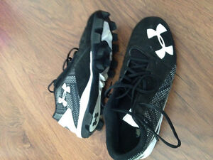BASEBALL CLEATS. SIZE 5Y