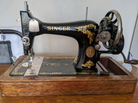 Antique Singer sewing machine (1910)