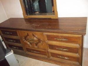 Commodes de chambre (1950-60)  5 pièces tout bois brun-200 $ (23