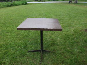 Square table with detachable stand