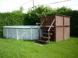 Piscine hors terre 21 pieds et petit deck en bois trait for Piscine 21 pieds litres