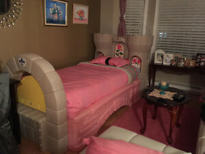 Step 2 Castle Toddler Bed / Twin Bed in Very Good Condition!
