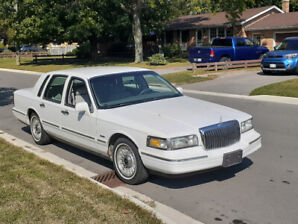 1997- LINCOLN TOWN CAR (EXECUTIVE EDITION) $2500