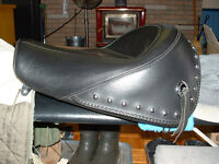 MUSTANG WIDE HERITAGE SOLO STUDDED SADDLE