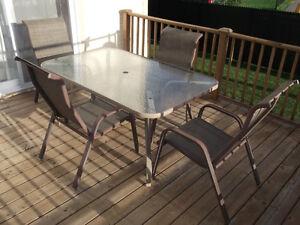 Table en verre et 4 chaises - fauteuils pour patio  - VENDU