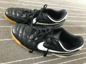 NIKE Tiempo Natural II IC Soccer Shoes - Mens 9