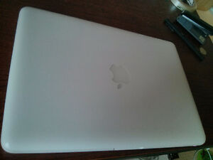 White MacBook Unibody 13.3
