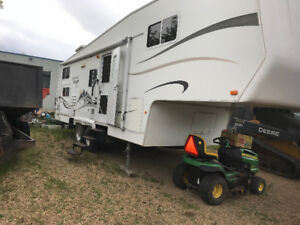 2005 Vanguard 29 ft 5th wheel mint with bunks and 2 slides