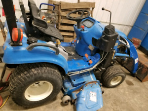 2005 New Holland 18hp 4x4 diesel tractor with loader!!