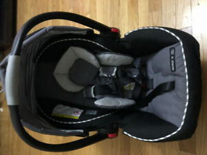 2 Graco car seats for infant is available for sale