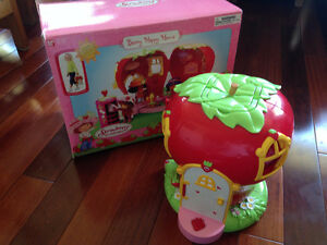 Vintage Strawberry Shortcake House w/Dolls/Clothing/Furniture