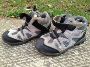 Raft River hiking boots, boys, size 2M, excellent condition