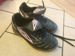 Umbro women's 6.5 indoor soccer shoes