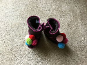 Warm & Fuzzy Bart Booties / fits 6-12 mths / New Condition