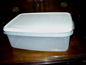 RUBBERMAID - LARGE (33-CUP) STORAGE CONTAINED - BAKED GOODS
