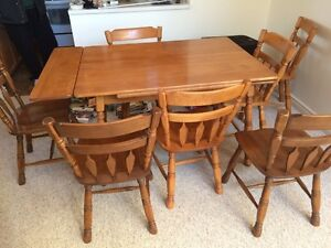 Hutch & 9 Piece Maple Dining Table w/side Extensions
