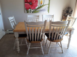 Kitchen table, 6 chairs and a matching hutch