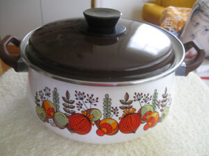 LARGE VINTAGE FAMILY-SIZED ENAMELWARE STEW POT & COVER