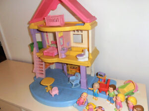20$ Fisher Price Maison meubles et personages House and figures