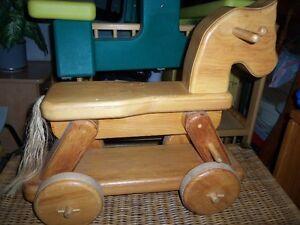Cheval de bois sur roulettes genre antique