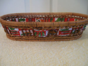 CHEERFUL VINTAGE LINED WOVEN-REED OVAL BREAD BASKET